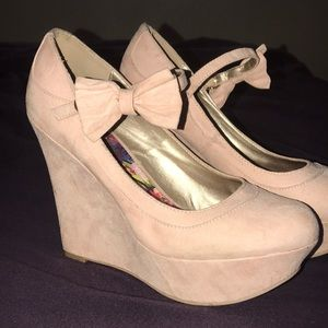 Charolette Russe Blush suede wedges!! 👡